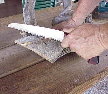 corte en madera bonsai tanuki con cuchillo